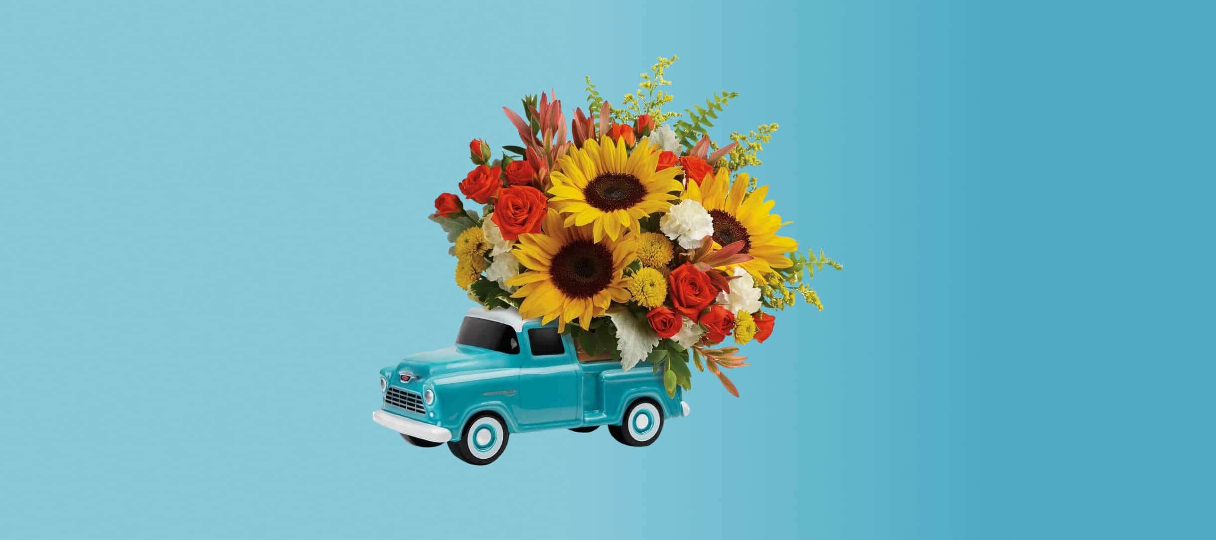 Игрушечный пикап с букетом цветов в кузове